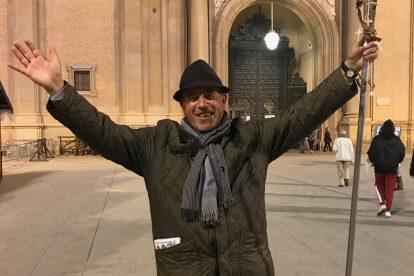 Jesús Alcalá en la Plaza del Pilar con su libro Lo más importante de los Evangelios. Foto: Cecilia Policart