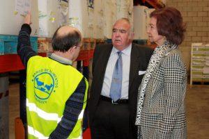 La reina Sofía con el presidente del Banco de Alimentos de Zaragoza, durante una visita a las instalaciones de la institución social.