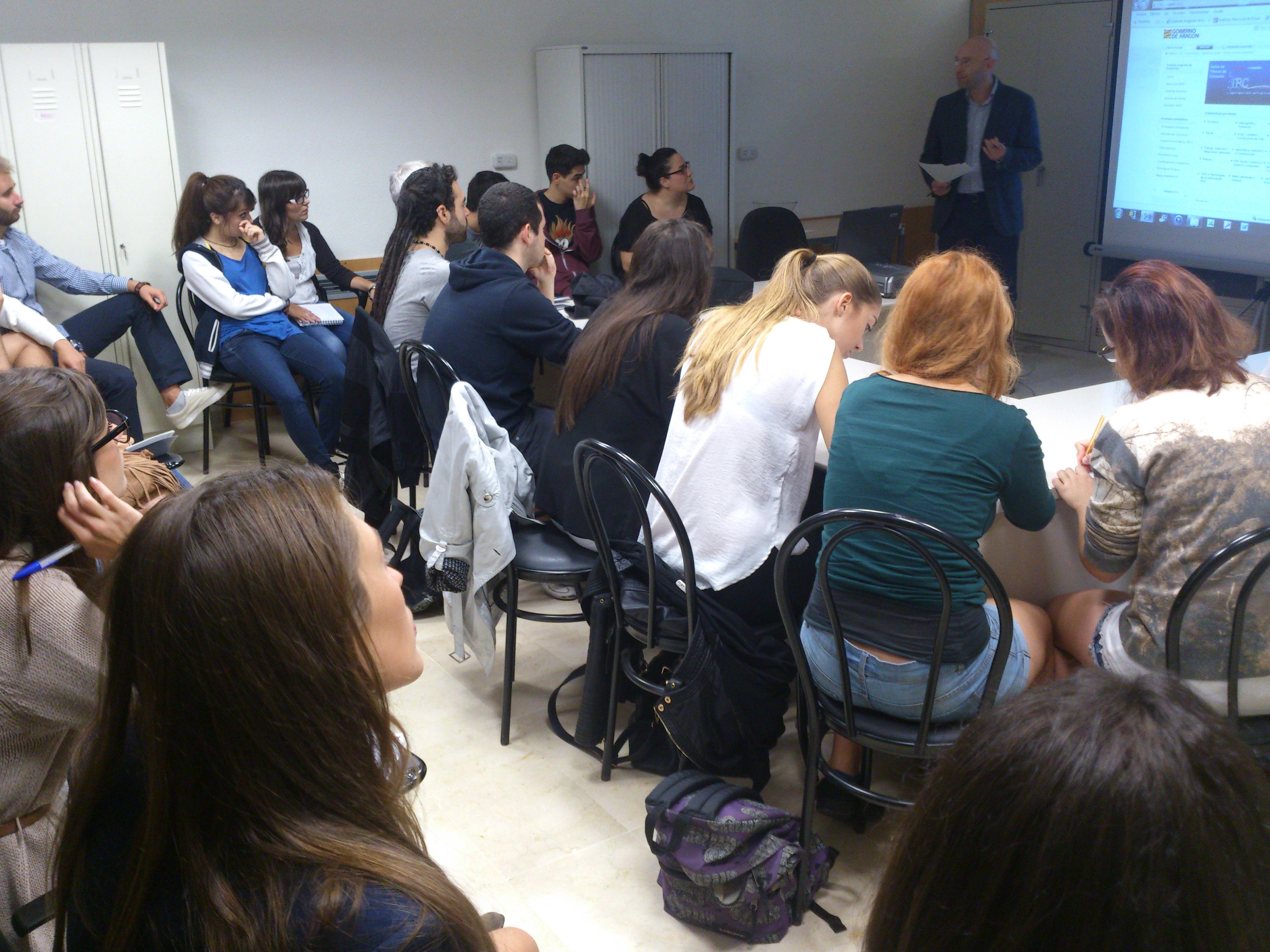 Los alumnos de Periodismo Económico reciben las explicaciones del director del Instituto Aragonés de Estadística .