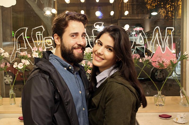 Depués del aterrizaje de Hassan en Zaragoza la pareja pose feliz en una cafetería de la ciudad.