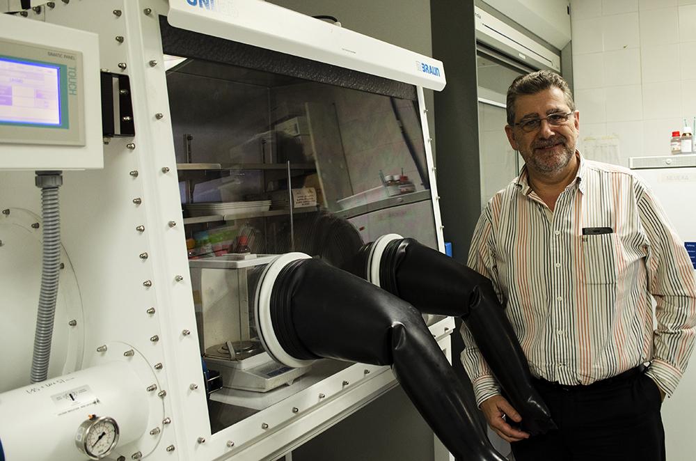El nuevo rector de Unizar en un laboratorio de la Facultad de Ciencias donde realiza sus clases e investigaciones de química orgánica. Fotografía de Carlos Villar.