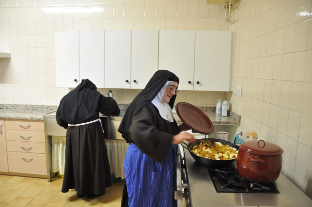 Las hermanas se reparten las labores, y la cocina es un forma de atender a las demás.