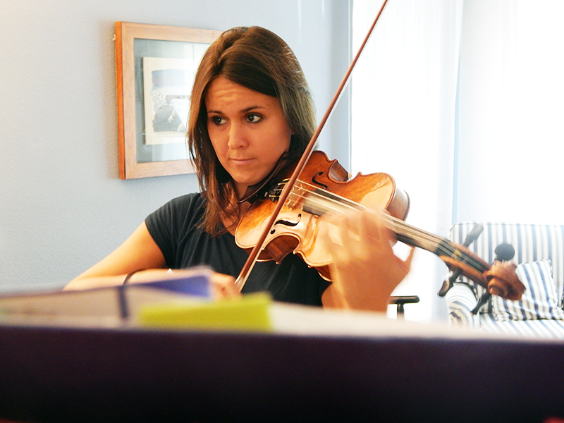 Patrizia, con su violin, ensaya 6 horas diarias frente a un espejo