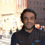 Carlos Pauner posando al lado de la Puerta del Carmen