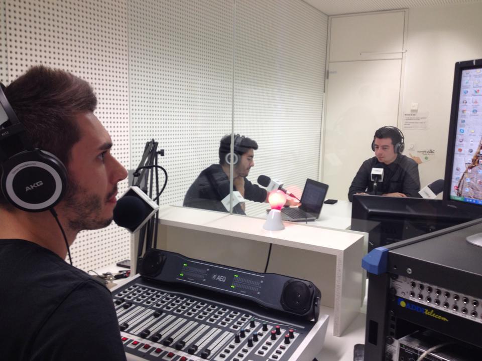 En la fotografía aparecen parte de los compañeros y colaboradores del tercer programa de Dragón Digital. Se encuentran en el estudio de radio donde se desarrolla dicho programa durante la grabación de una de las secciones.