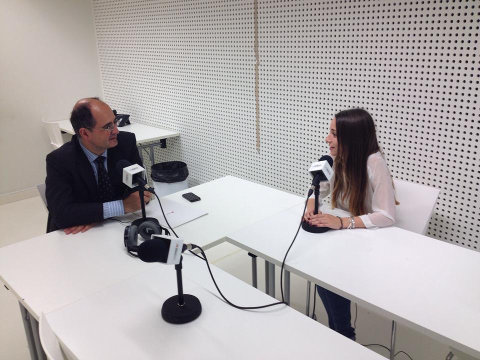 A la izquierda, el Rector de la Universidad San Jorge, Carlos Pérez caseiras y a la derecha Isabel González de Radio Universidad San Jorge, en el estudio de Radio de la Facultad de Comunicación durante la entrevista al Rector.