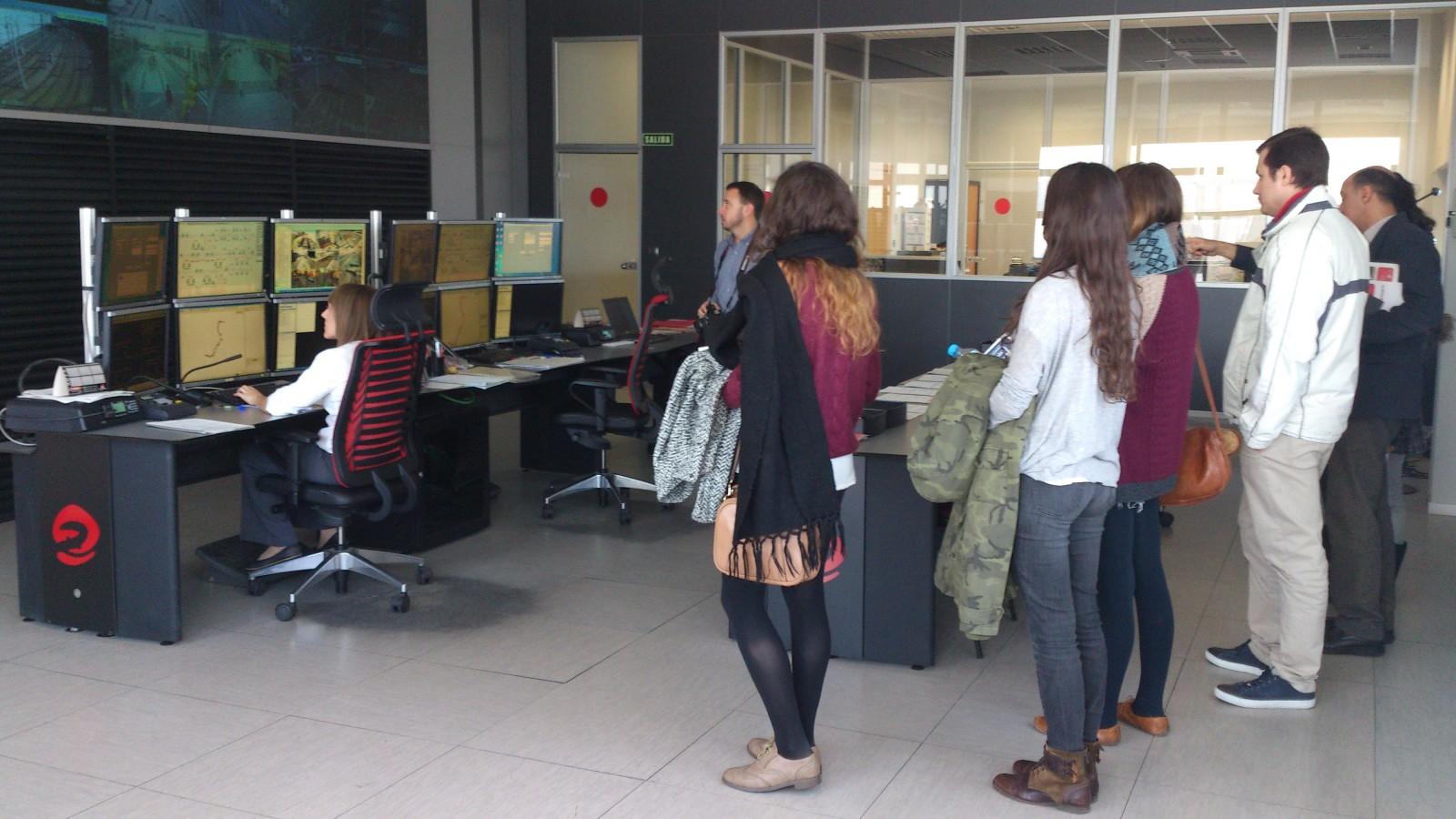Los alumnos visitaron el Puesto de Control Central de Tranvías de Zaragoza, desde donde se vigila todo el sistema.