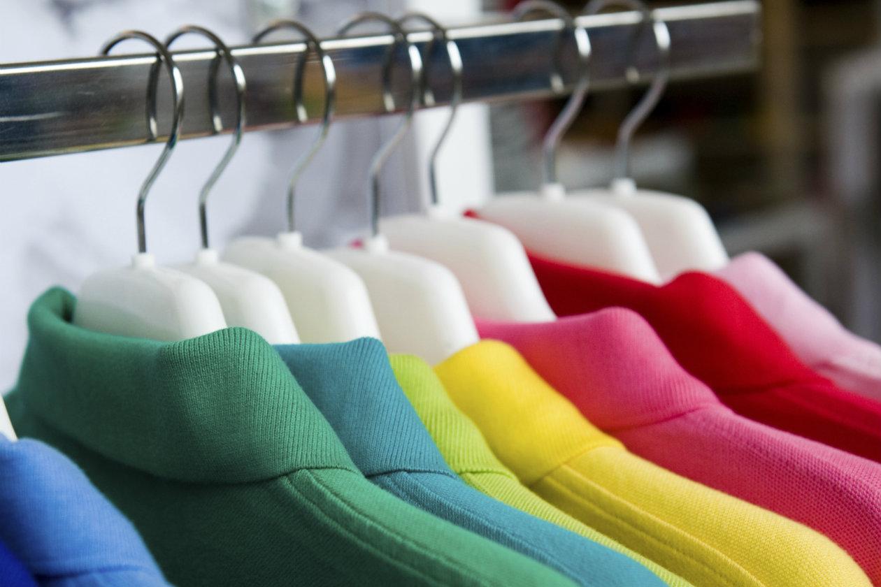 Perchas con ropa de colores