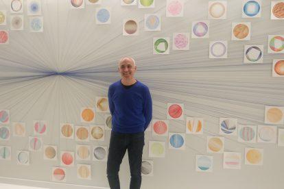 Roberto Coromina, ante su obra expuesta en el Espacio en Blanco.