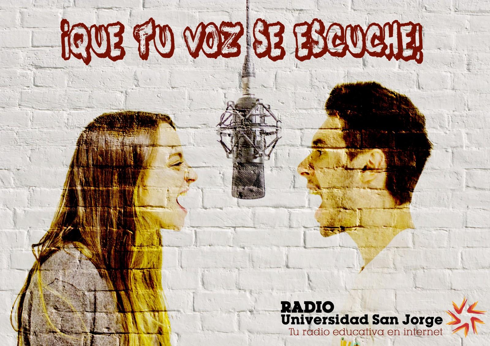 En la fotografía aparecen los dos conductores del programa de radio frente a un micrófono. Dragón digital. Isabel González (a la izquierda) y Nicolás Bonet (a la derecha).