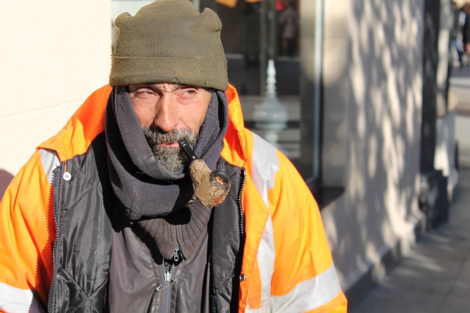 Luis, un indigente después de haber comido en la Parroquia del Carmen.